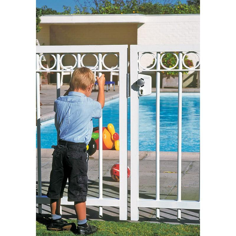 Poign e de piscine locinox bouton de s curit pour les for Securite enfant piscine